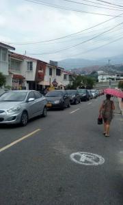 Los carros estacionados en las estrechas vías obstruyen la movilidad vehicular. - Suministrada /GENTE DE CAÑAVERAL