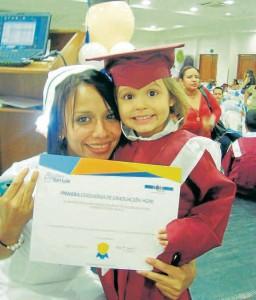Isabella Mutis Fontecha recibe sonriente su diploma. - Suministrada/GENTE DE CABÑAVERAL