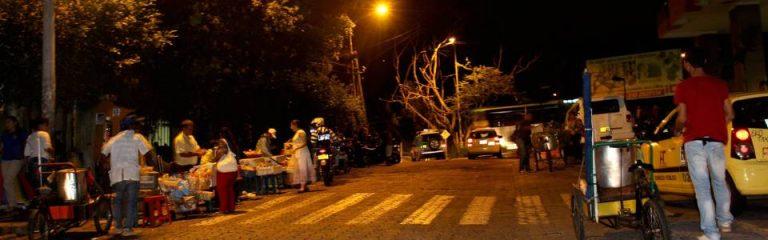 El miércoles en la noche, Gente visitó el sector y encontró a algunos vendedores ambulantes cerca de las clínicas
