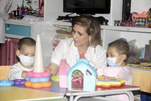 María Teresa Orduz se ha convertido en una madre protectora para los pacientes del programa Amigos del Centro de Cáncer. Y sus nietos son el mayor regalo que sus hijas le han dado