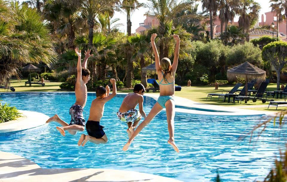 Tenga precauci n con las piscinas en estas calles for Vacaciones en villas con piscina