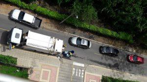 El mal parqueo genera trancones en el sector residencial de Santelmo.  - Suministrada/GENTE DE CAÑAVERAL