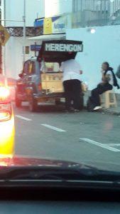 El carro de venta ambulante se estaciona continuamente en la parada de Metrolínea, frente al Centro Comercial Cañaveral.  - Suministrada/GENTE DE CAÑAVERAL