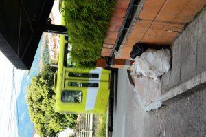 La queja se presenta por bolsas de basura rotas sobre el andén. - Suministrada / GENTE DE CAÑAVERAL