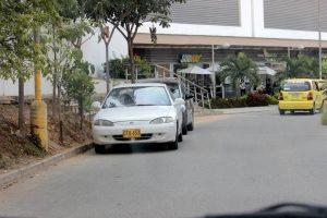 Nuestro lector denuncia el mal estacionamiento de vehículos sobre la zona, desde las 6:00 de la mañana.  - Fabián Hernández/GENTE DE CAÑAVERAL