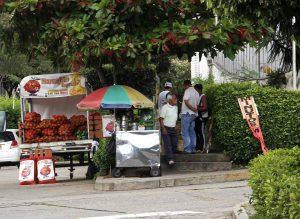 Los vendedores ambulantes siguen llegando a Cañaveral y la comunidad pide que se recupere el espacio público.  - Javier Gutiérrez /GENTE DE CAÑAVERAL