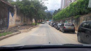 Los carros se estacionan durante todo el día y dificultan la movilidad vehicular en el sector.  - Suministrada/GENTE DE CAÑAVERAL