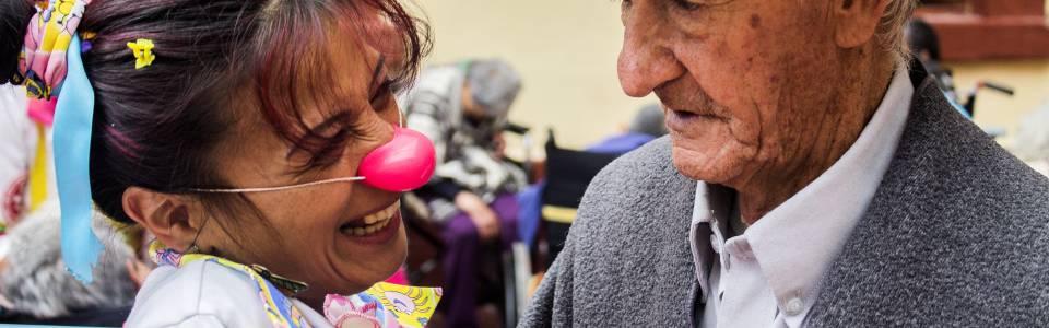Los voluntarios llevan sonrisas y abrazos a las personas que más lo necesitan, con el fin de aliviar sus corazones