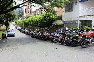 Motos y carros estacionan sobre la calle 195, cerca a  la universidad Santo Tomás.  - Fabián Hernández /GENTE DE CAÑAVERAL