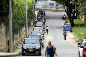 Debido a la cantidad de vehículos, esta vía se convirtió en parqueadero público.  - Fabián Hernández /GENTE DE CAÑAVERAL