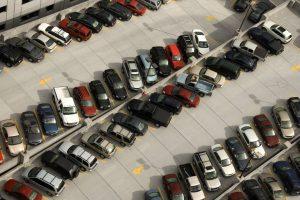 En algunos conjuntos residenciales se presenta este problema, en el que el propietario del inmueble tiene más de un vehículo.    - Banco de imágenes/ GENTE DE CAÑAVERAL