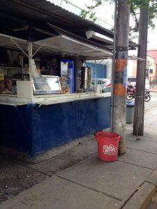 Esta caseta está ubicada frente al centro comercial Parque Caracolí y obstruye el paso peatonal.  - Suministrada/GENTE DE CABECERA