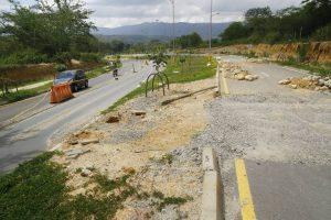 Piedras y tierra dificultan el paso por esta vía, en la Transversal de El Bosque.  - César Flórez/GENTE DE CAÑAVERAL