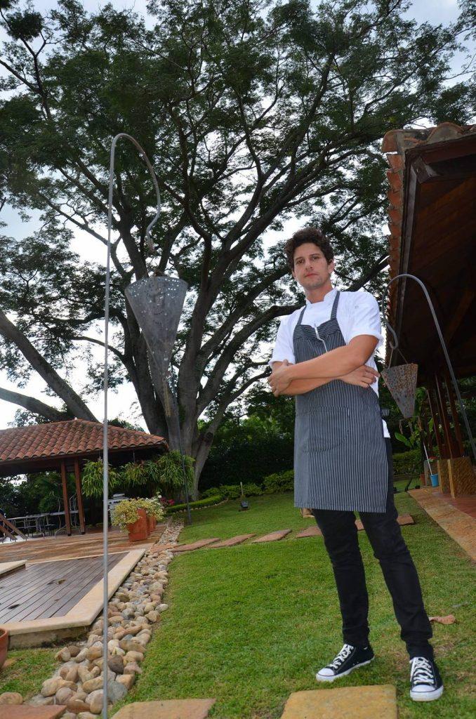 La familia de este chef se ha enfocado en el negocio de la gastronomía, por esa razón su gusto y pasión por aprender más sobre la Alta Cocina
