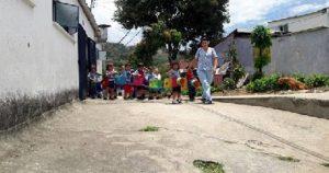 Los menores deben desplazarse desde la institución educativa hasta un salón comunal para recibir alimentación. - Suministrada/GENTE DE CAÑAVERAL