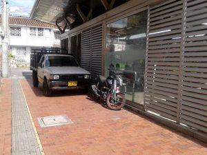 Las autoridades de Tránsito reiteran que está prohibido parquear en esta zona de la estación de Metrolínea.  - Suministrada/GENTE DE CAÑAVERAL
