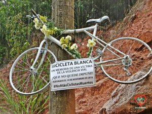 En la salida de Floridablanca a Piedecuesta cuelga una bicicleta blanca en memoria del ciclista fallecido el pasado 14 de noviembre.  - Suministrada/GENTE DE CAÑAVERAL