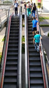 Los visitantes de los centros comerciales piden con urgencia que se arreglen las escaleras eléctricas ubicadas en el exterior del centro comercial Parque Caracolí. - Suministrada/GENTE DE CAÑAVERAL