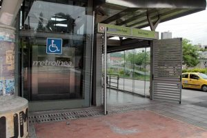 Los usuarios de Metrolínea se quejan porque este ascensor no sirve hace varios días.   - Archivo/GENTE DE CAÑAVERAL