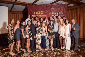Jorge Enrique Delgado Duarte, presidente de Más x Menos y Luz Stella Cruz Navas, vicepresidente, junto con los empleados premiados. - Swami Castro/GENTE DE CAÑAVERAL
