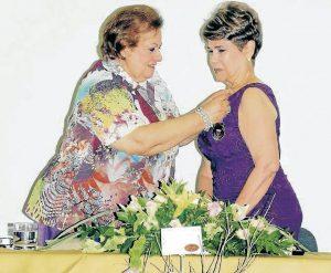 """Clara Inés Blanco de Galvis recibiendo su condecoración como 'Mujer del año 2016 en Santander"""". - Swami Castro/GENTE DE CAÑAVERAL"""