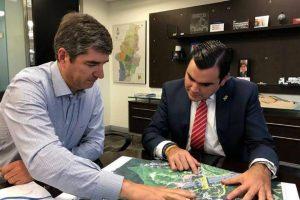 El alcalde de Floridablanca, Héctor Mantilla Rueda, se reunió la semana pasada con directivas de Cemex Colombia en Bogotá para socializar el proyecto del Intercambiador de 'Papi quiero piña'. - Suministrada/GENTE DE CAÑAVERAL