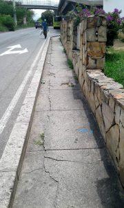 Los peatones hacen un llamado a las autoridades para que se ejecuten obras de mejoramiento de andenes con el fin de prevenir accidentes.  - Suministrada/GENTE DE CAÑAVERAL