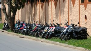 A diario se parquean cantidad de motos sobre la zona verde del sector. - Fabián Hernández/GENTE DE CAÑAVERAL