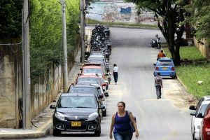 La vía es utilizada como parqueadero público.  - Archivo/GENTE DE CAÑAVERAL
