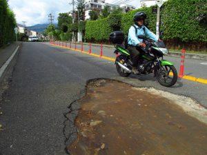 La vía está deteriorada y los conductores deben hacer maniobras peligrosas para evitar daños en sus vehículos.  - Heliberto Cáceres/GENTE DE CAÑAVERAL