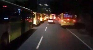 Los conductores aseguran que los buses son estacionados a lado y lado de la vía y dificultan la movilidad vehicular por el Anillo Vial.  - Suministrada/GENTE DE CAÑAVERAL