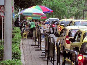 Los vendedores informales regresaron al sector de las clínicas.  - Heliberto Cáceres/GENTE DE CAÑAVERAL
