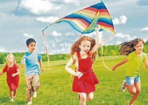 Es indispensable que los niños cuenten con la orientación y compañía de un adulto para minimizar los riesgos al momento de elevar cometas. - Banco de imágenes/GENTE DE CAÑAVERAL