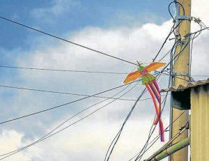 Si la cometa se enreda en los cables de la energía, por ningún motivo intente recuperarla o bajarla. Acuda a personal especializado. - Banco de imágenes/GENTE DE CAÑAVERAL