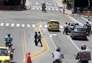 Algunos peatones se arriesgan a sufrir accidentes al no transitar por las cebras.   - Archivo /GENTE DE CAÑAVERAL