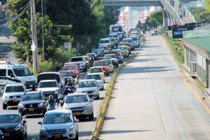 En las 'horas pico', las filas de los carros sobre la autopista son largas; sin embargo, la movilidad fluye lentamente.  - Elver Rodríguez /GENTE DE CAÑAVERAL