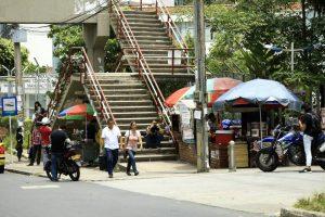 La venta de fritos que utiliza cilindro de gas está ubicada debajo del puente peatonal de la universidad Santo Tomás. - César Flórez /GENTE DE CAÑAVERAL