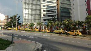 Los taxistas se parquean y ocupan todo un carril obstruyendo la movilidad. - Suministrada/GENTE DE CAÑAVERAL