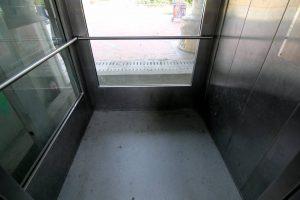 Los usuarios aseguran que el ascensor emana malos olores y que requiere limpieza y mantenimiento.  - Élver Rodríguez /GENTE DE CAÑAVERAL
