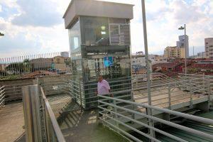 A diario, decenas de personas utilizan el ascensor que está ubicado en la estación de Cañaveral, en el puente del Panamericano.  - Élver Rodríguez /GENTE DE CAÑAVERAL