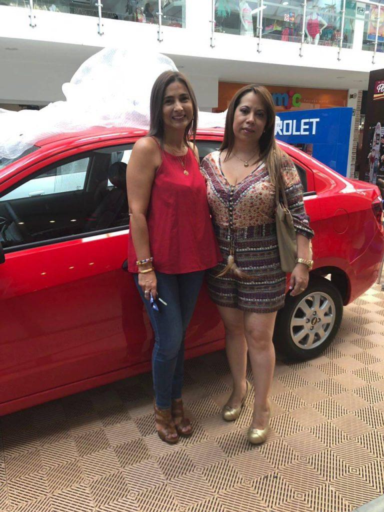 Martha Leyder Bautista, gerente del centro comercial, y Vianey Vega Ramírez, ganadora del premio.  - Suministrada/GENTE DE CAÑAVERAL