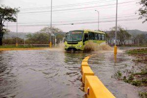La glorieta del anillo vial quedó inundada y dificultó el tránsito vehicular.  - Élver Rodríguez/GENTE DE CAÑAVERAL