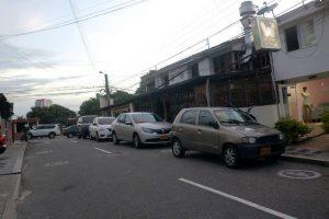 Algunos conductores optan por dejar sus carros en las calles y obstruyen la movilidad vehicular.  - Fabián Hernández /GENTE DE CAÑAVERAL