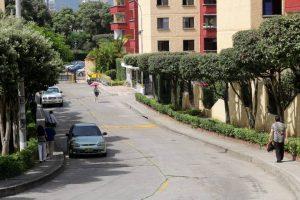 El parqueo continuo de carros en El Bosque genera malestar entre los residentes de la zona, quienes piden a las autoridades intensificar los operativos.   - Fabián Hernández/GENTE DE CAÑAVERAL