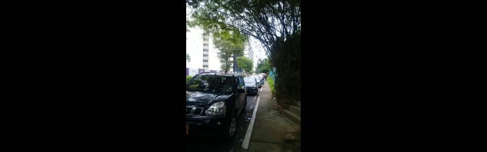 Vía es utilizada como parqueadero público