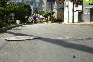 La comunidad asegura que las alcantarillas dificultan la movilidad vehicular.   - César Flórez/GENTE DE CAÑAVERAL