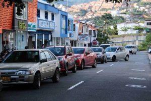 A diario decenas de carros son estacionados en la calles obstuyendo el paso vehicular.  - Archivo/GENTE DE CAÑAVERAL
