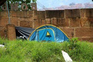 La carpa instalada por un indigente a un lado del puente de Cañaveral ha generado molestias entre los residentes de la zona.  - Élver Rodríguez/GENTE DE CAÑAVERAL