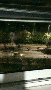 En las imágenes captadas por nuestro lector se evidencia la infracción cometida por este motociclista, quien sube al separador y hace una prohibida U.  - Suministradas/GENTE DE CAÑAVERAL