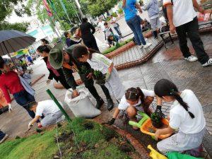 Los estudiantes del tercer grado de Newtport School sembraron plantas en el parque de Floridablanca. - Suministrada /GENTE DE CAÑAVERAL